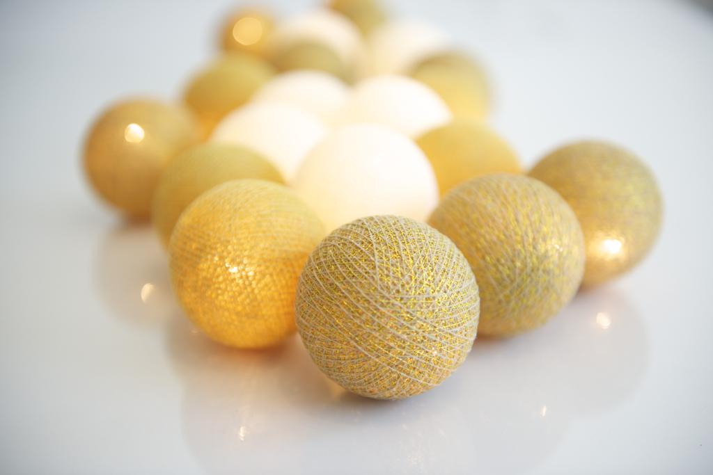 En ljusslinga i guld som lyser upp hemmets alla hörn. Vacker dekorationsbelysning för både fest och vardag.
