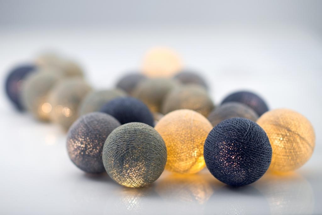 Ljuvligt blå ljusslinga med bollar. Irislights dekorationsbelysning för hemmets alla rum.