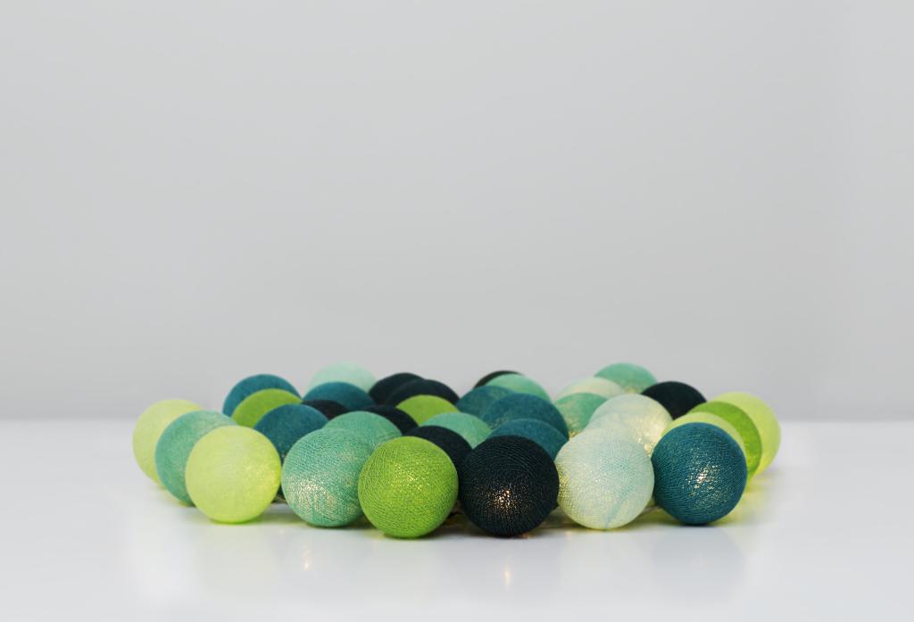 Vacker grön ljusslinga för barnrum. Irislights ljusslingor med bollar.