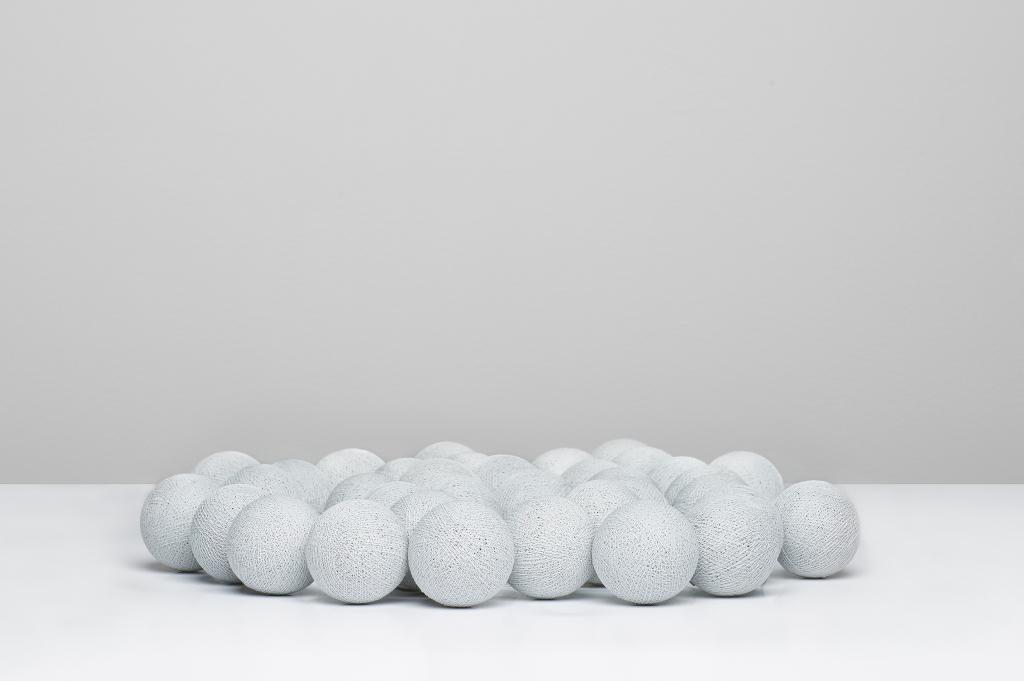 En stilren grå ljusslinga. Just Grey är en ljusslinga från Irislights med ljusgråa bollar.