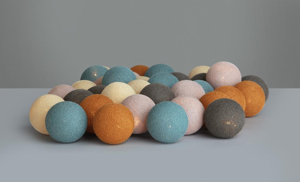 Irislight ljusslinga med bollar av bomull i orange, blå, rosa, beige och grå.