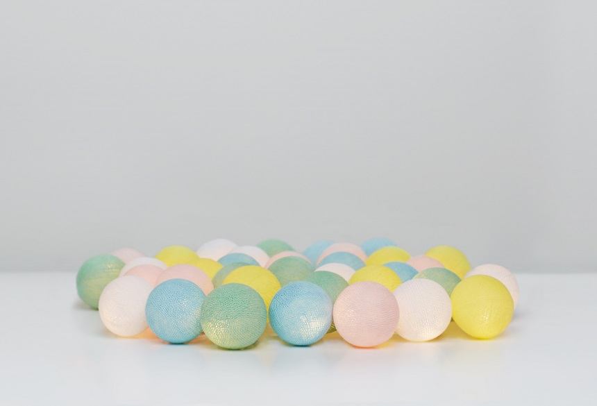 En söt ljusslinga för barnrum. Irislights ljusslinga med bollar av bomull i babyfärger. Babyblå, babyrosa, gul, vit och grön.