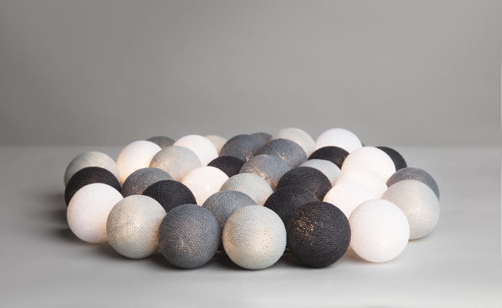 Graphic Grey ljusslinga från Irislights. Mjuka, handgjorda bollar i bomull. En ljusslinga med stilren look.