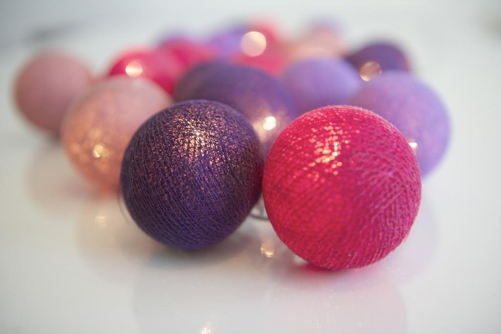 En söt ljusslinga i lila och rosa för barnrum eller tonårsrum. Ljusslinga från irislights med bollar.