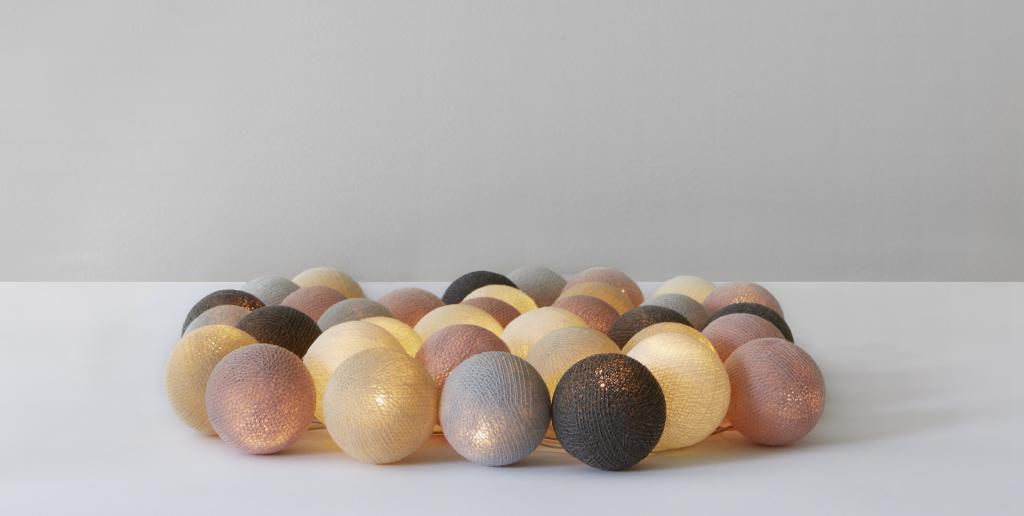 Blush Light. En ljusslinga med bollar av bomull. Dekorationsbelysning från Irislights.